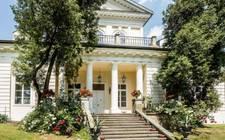 波蘭-Near the park's classical mansion