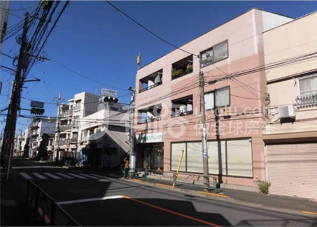 -Shops on the first floor of a single apartment building in Takahata-ji Temple in Suginami